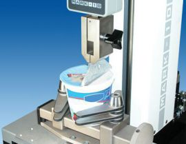 Thiết bị đo kiểm tra lực mở nắp ly mì tôm trong ngành thực phẩm.